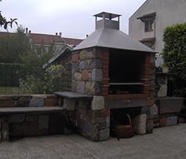 Pietra mista posa finto secco e interno barbeque in mattoni refrattari con cappa in acciaio inox