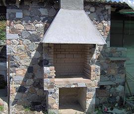 Pietra mista scagliata e interno barbeque in mattoni refrattari