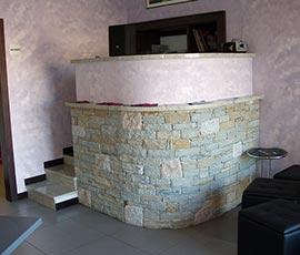 Rivestimento in pietra di Luserna con inserti in granito bianco e rosa