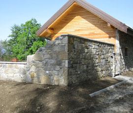 Muro in pietra di recupero, posa con fuga a vista