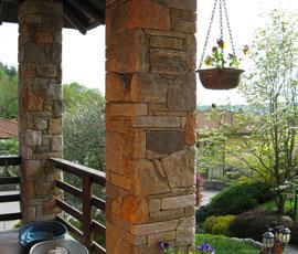 Pilastri in pietra mista, posa finto secco