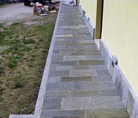 Marciapiede in pietra di Luserna con cordolo in granito bianco