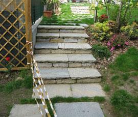 Vialetto su terra con gradini interrati