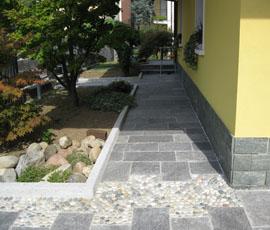 Pavimentazione in beola grigia di Domodossola con bordure in ciottoli