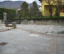 Viale in lastre di Luserna e disegno in ciottolo di Carrara e Cuasso.
