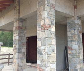 Rivestimento in pietra di recupero con inserti di mattoni vecchi