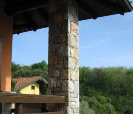 Pilastro in pietra di recupero con posa finto secco