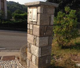 Pilastri in granito bianco e grigio Domodossola con fuga a vista
