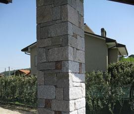 Rivestimento in graniti bianco e rosa con massello grigio ed inserti rossi_tipo di posa finto secco