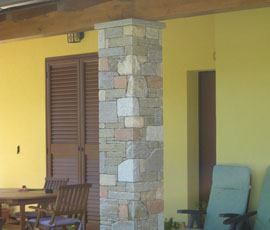 Pilastro in pietra mista con posa finto secco